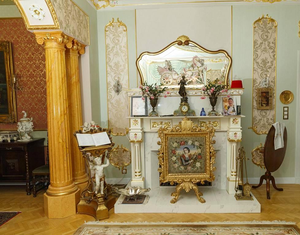 Rokokoosaliin tehtiin manttelitakka Ellalan piirustusten mukaan. Takkasermi on 1700- luvun toiselta neljännekseltä. Tyyli on puhdas rokokoo ja kokonaisuus taitavaa käsityötä.