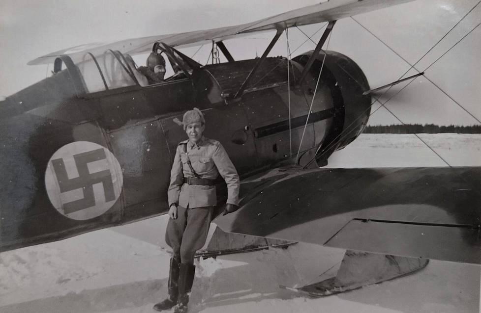 Mauri Maunula lähdössä tiedustelulennolle Gloster Gladiatorilla kevättalvella 1942. Siivellä tiedustelu-upseeri nauttimassa potkurivirtauksen tuuletuksesta.