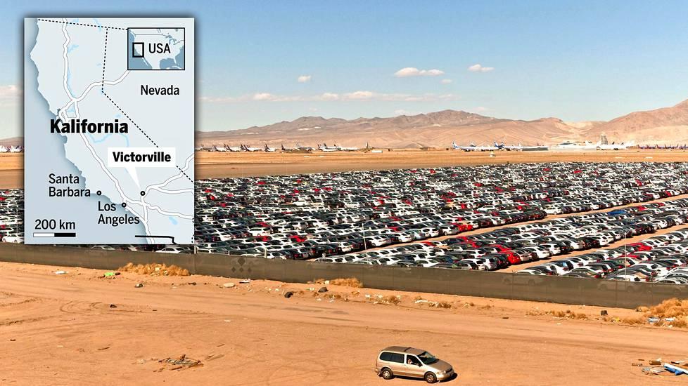 Käytöstä poistettuja henkilöautoja ja lentokoneita on pysäköity pressulla peitetyn aidan taakse Southern California Logistics -lentokentälle Victorvillessa, Kaliforniassa. Välikätenä toimii huolintayhtiö Extreme Logistics Solutions, joka on vuokrannut kentältä 54 hehtaaria autojen pysäköintipaikaksi.