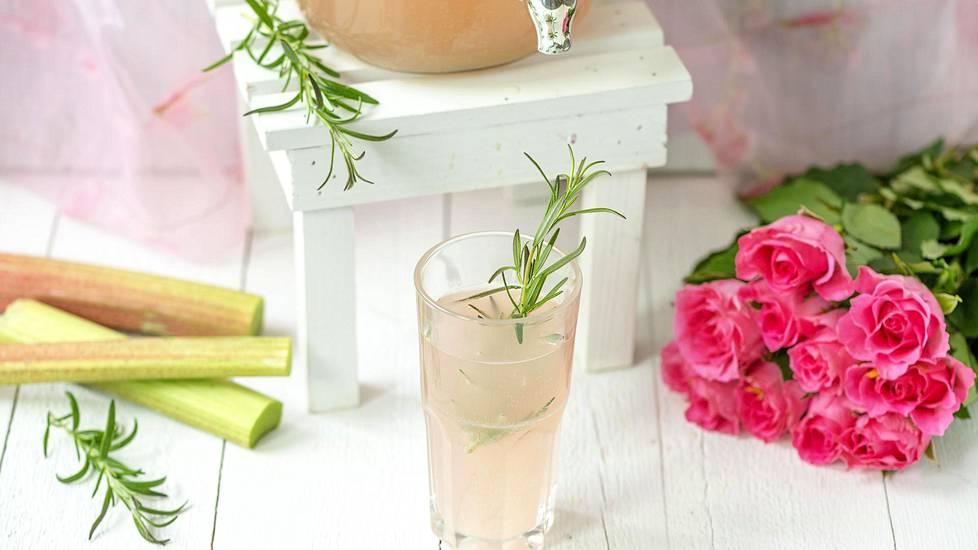 DIY-trendin aallonharjalla juodaan nyt kotitekoisia kuplajuomia, kuten rosmariini-raparperisimaa.