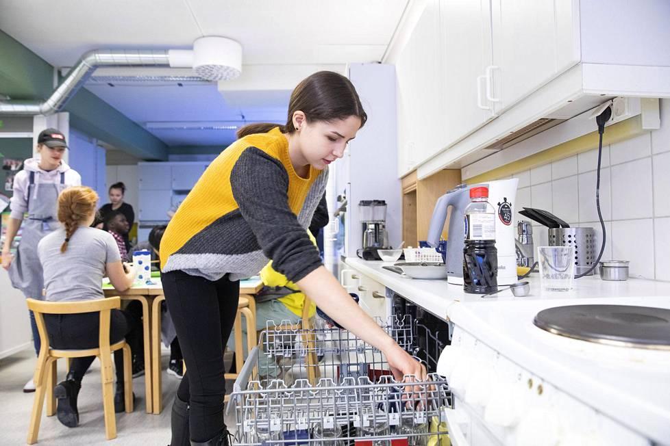 Margarita Koivumäki tyhjentää astianpesukonetta kotitalouden tunnilla.