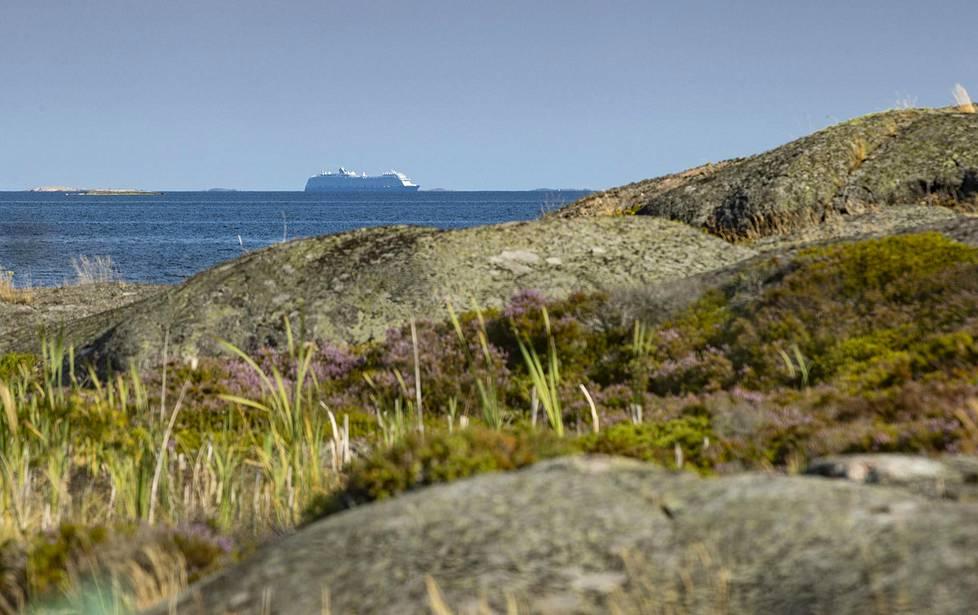 Ruotsinlaivat kulkevat ohi aamuin ja illoin.