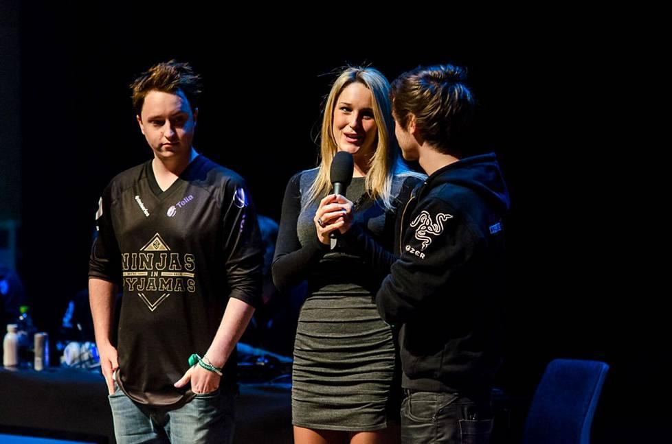 Vasemmalla Alesund NiPin pelipaidassa Dreamhack Winterissä vuonna 2012.
