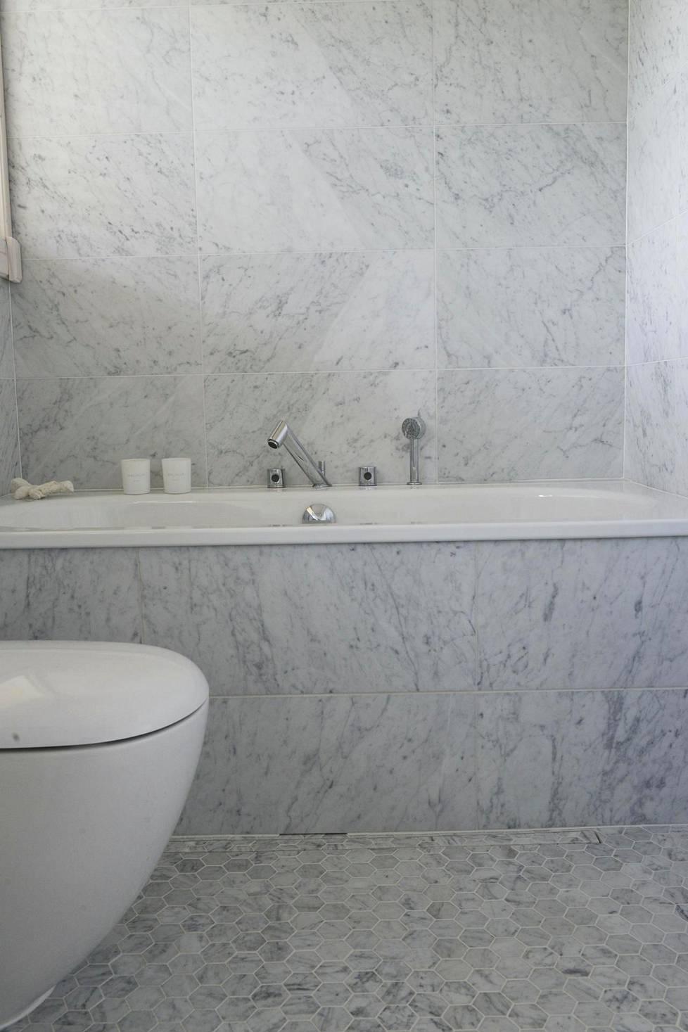 Selvä trendi kylpyhuoneissa on myös marmori (kohde: Kontio-hirsitalo).