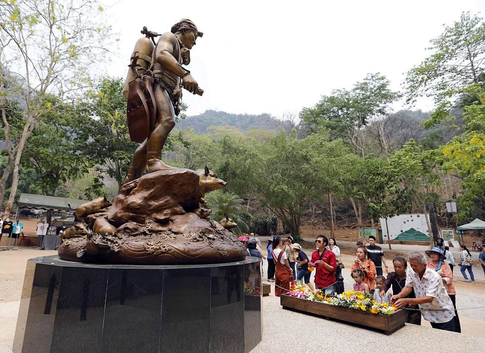Operaatiossa menehtyneen sukeltajan Saman Kunanin pronssipatsas muistuttaa nyt luolalla vierailevia hänen sankarillisuudestaan.