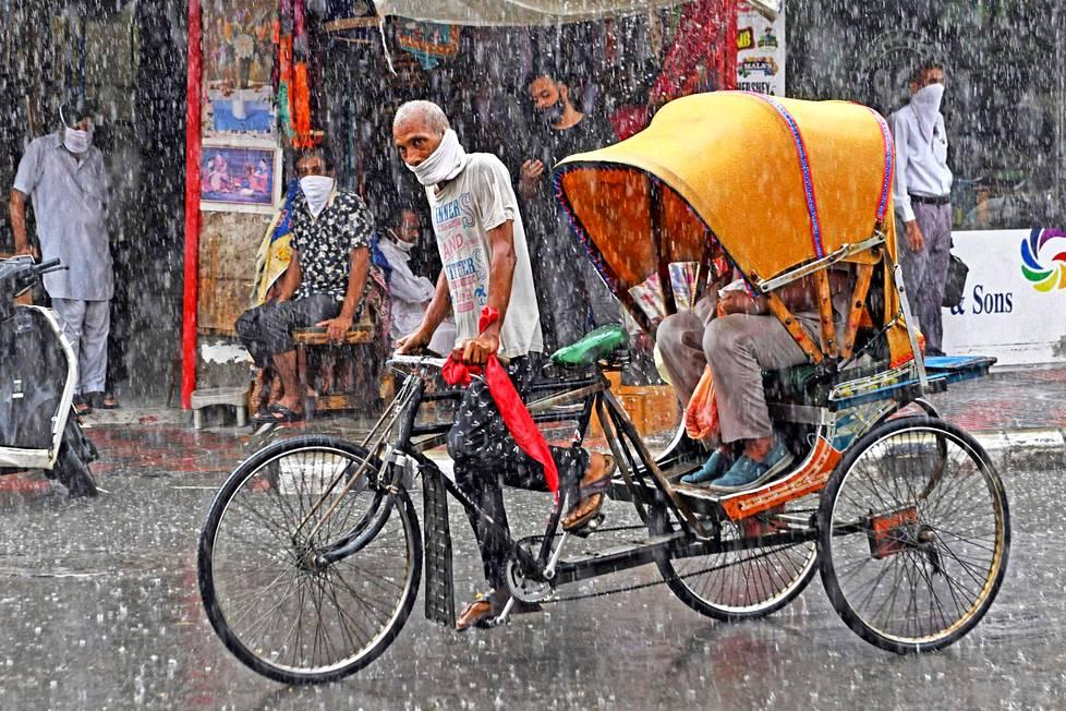 Sään armoilla. Sää ei antanut armoa riksha-kuskille Amritsarissa Intiassa. Amritsar tunnetaan sikhiläisyyden keskuksena ja uskon pyhimmän paikan Kultaisen temppelin kotikaupunkina.
