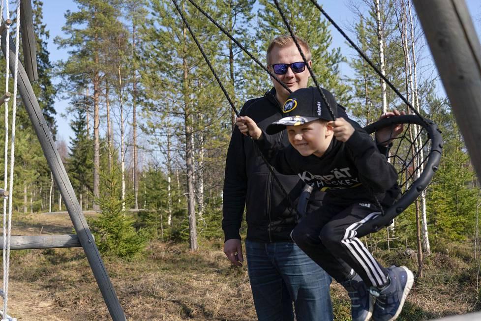 Jari Tenhunen ja Anton, 5, muuttivat Pyhäjärvelle takaisin Vantaalta. Tenhusen taksi- ja linja-autoyritys varautuu parhaillaan siihen, että asiakkaita on vähemmän, kun kaivos lähtee.