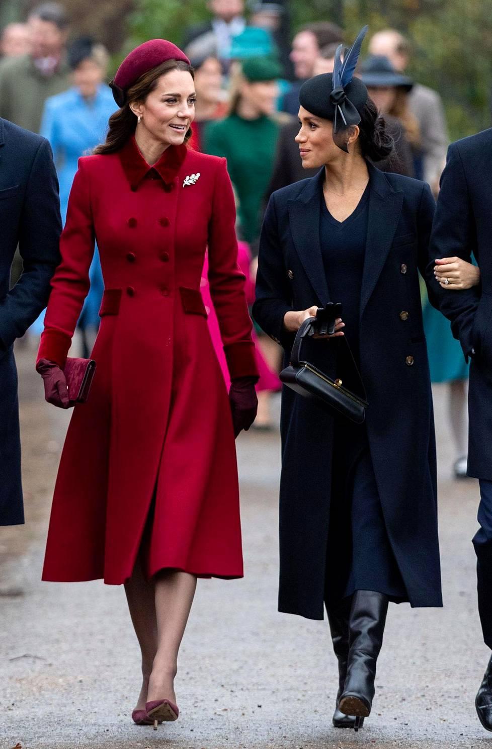 Herttuataret Cathrine ja Meghan saapuivat viime vuonna joulukirkkoon.