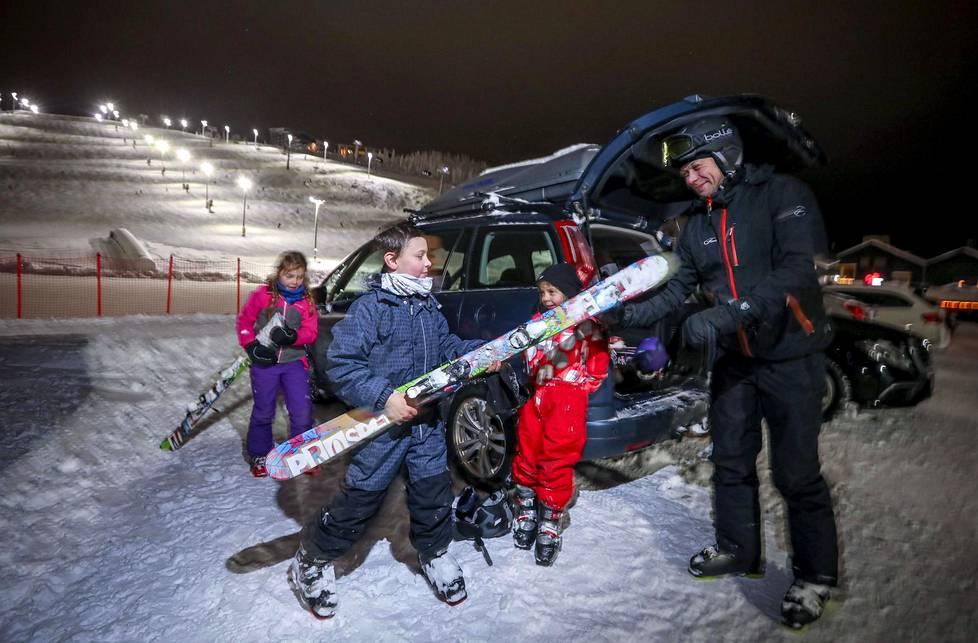 Petri Kallio ja lapset Eetu, Saara ja Veera Kallio lomailevat ensimmäistä kertaa Levillä.