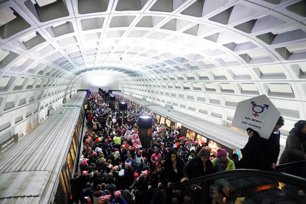 Mielenosoittajia matkalla Naisten marssiin Washingtonissa.