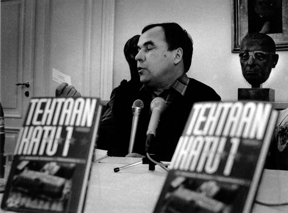 Toimittaja Aleksandr Gorbunov julkaisi Tehtaankatu 1 -kirjan vuonna 1992. Tilaisuudessa hän esitteli Viktor Vladimirovin käyntikortin todisteeksi siitä, että hän tunsi Vladimirovin myös henkilökohtaisesti.