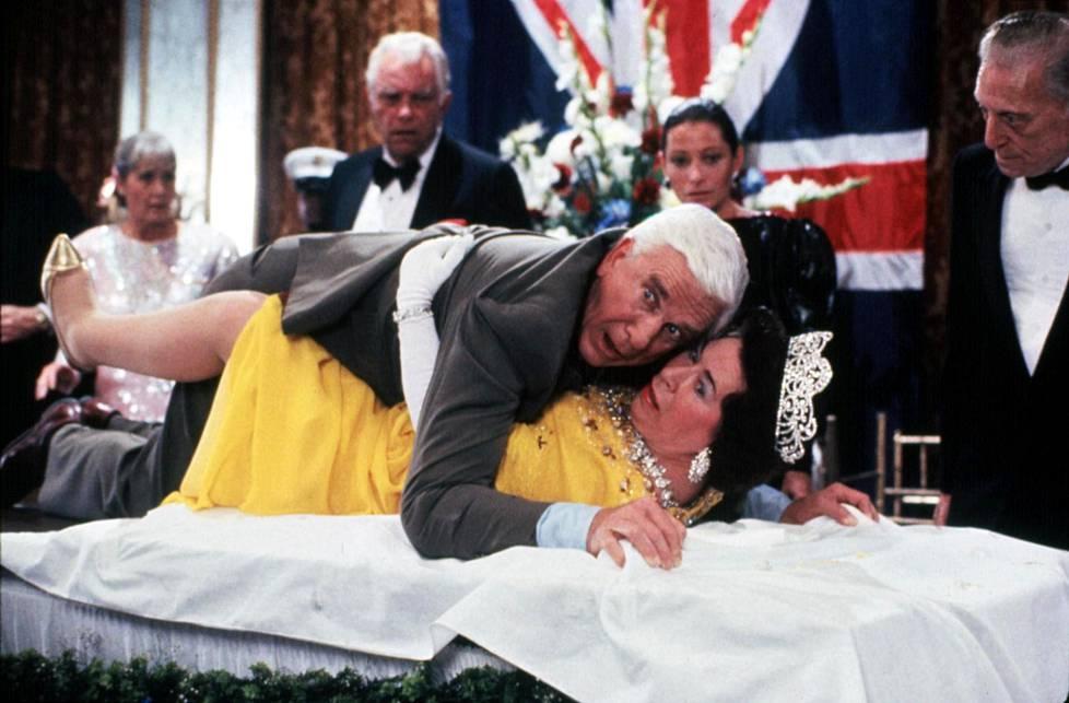 Mies ja alaston ase -komediassa pinteeseen joutunutta kuningatarta näytteli Jeannette Charles. Toheloa komisario Frank Drebiniä näytteli Leslie Nielsen.