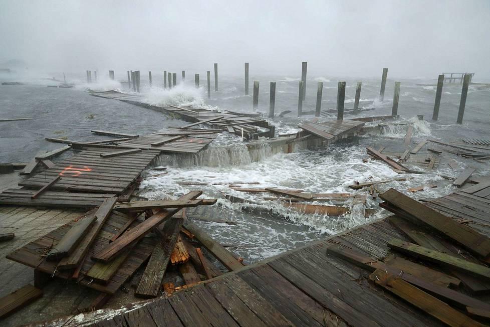 Myrskytuulten ja aallokon aiheuttamia tuhoja Atlantic Beachin satamassa Pohjois-Carolinassa.