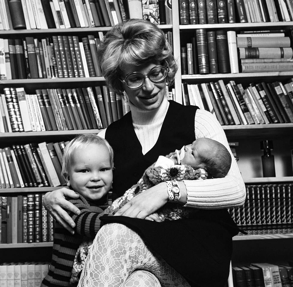 Kaari ja pojat Karri ja Antti. Kaari Utrio synnytti neljässä vuodessa kaksi poikaa ja neljä romaania.