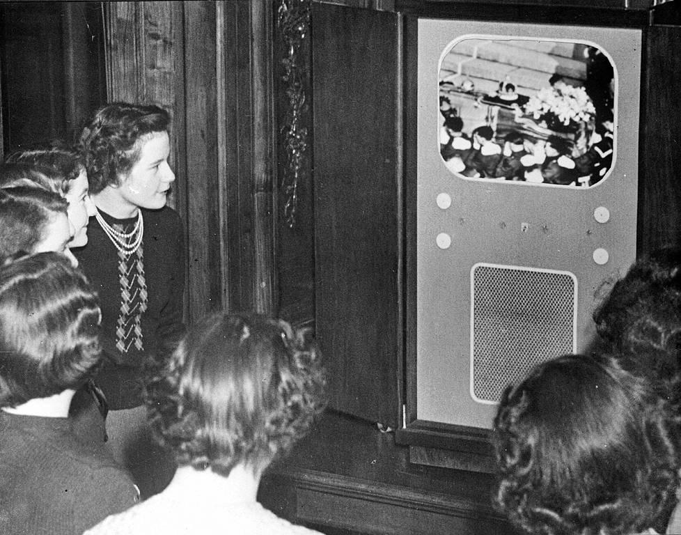 Yrjö VI:n hautajaisia seurattiin televisiosta The Scotsman -lehden toimistossa 1952.