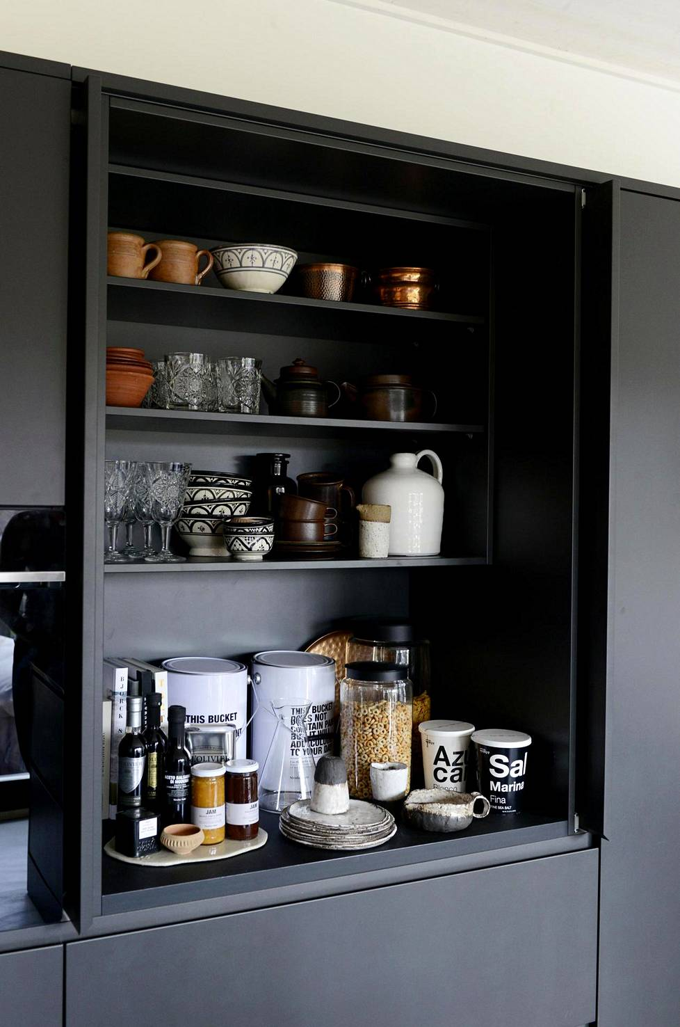 Aamiaiskaappi on täydellinen ratkaisu kodinsisustajalle, joka haluaa siivota arjen sutjakasti piiloon. (kohde: Honka Ink)