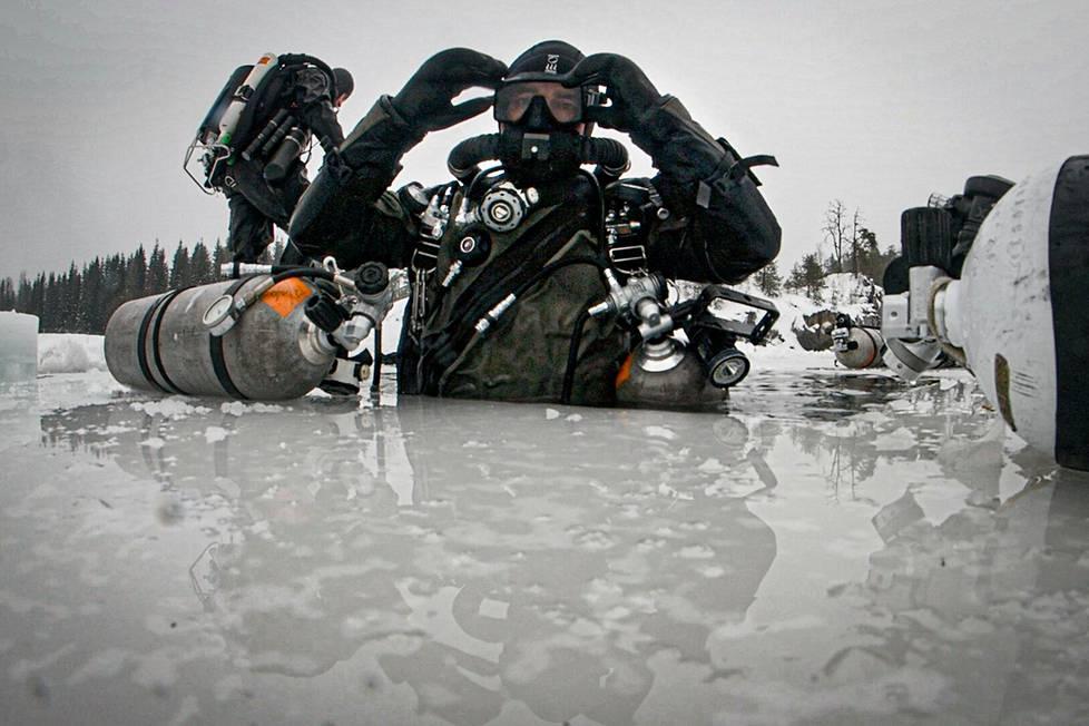 Pari viikkoa sitten Paasi ja kumppanit sukelsivat Etelä-Suomessa sijaitsevassa hylätyssä kuparikaivoksessa. Veteen mennään moottorisahalla jäähän tehdystä avannosta, josta vedetään myös opasnarut kaivoksen käytäviin useiden kilometrien matkalle.