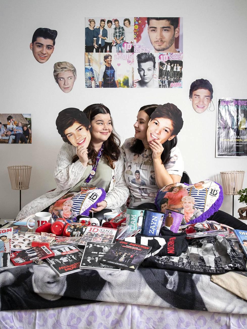 One Direction on tärkeä osa Tinjan (vas.) ja Veeran ystävyyttä. Fanitavaran keräily on molempien harrastus.