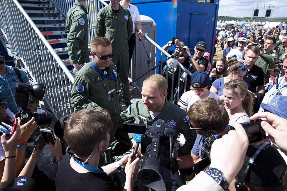 Formulakuski Valtteri Bottas ja rallikuski Kalle Rovanperä saivat kyytiä Hawkilla ja pääsivät myös itse ohjaamaan koneita.