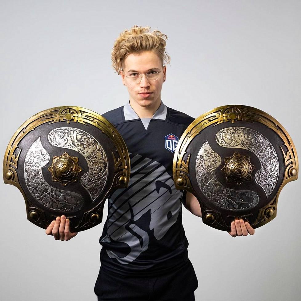 Dotan MM-kilpailuissa pokaalin sijaan voittajalle jaetaan Aegis of Champions -nimellä kulkeva kilpi. Taavitsaisen palkintokaapista niitä löytyy kaksin kappalein.