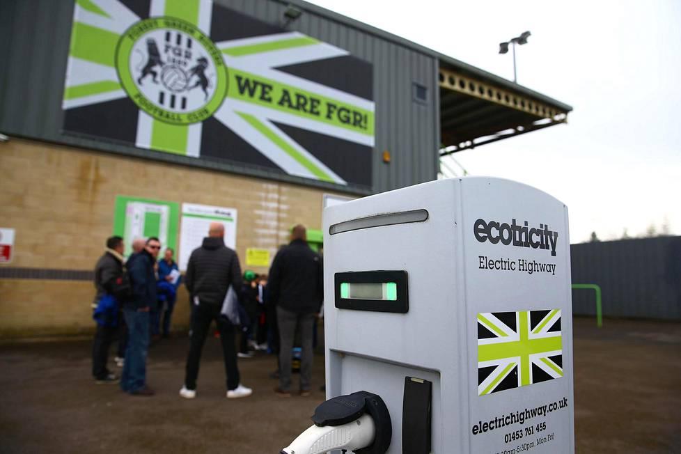 Forest Greenin stadionin parkkipaikalla on sähköautojen latauspisteitä, joita saa käyttää ihan koska tahansa.