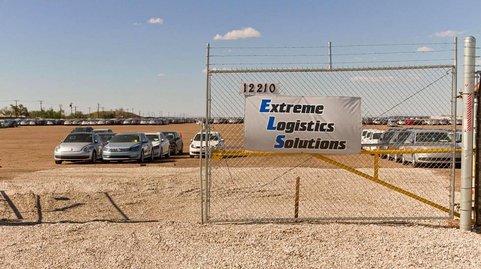 Extreme Logistics Solutions –yhtiön vuokraaman alueen portti. Saksalaisautoja tuodaan alueelle jatkuvasti lisää.