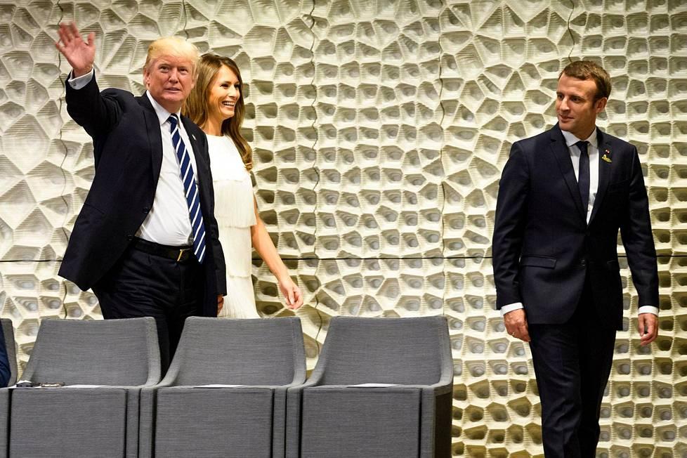 Usein hyvin vakavana kuvissa esiintyvä Melania Trump hymyili pitkin iltaa vapautuneesti.