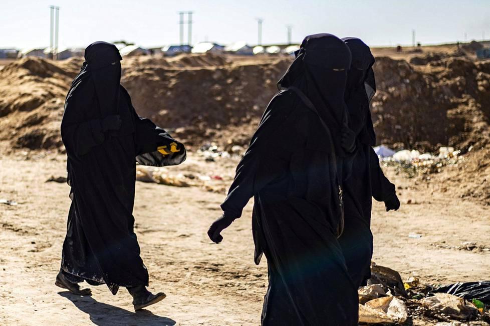 Tällä hetkellä al-Holin leirillä on yhä yli 20 suomalaista naista ja lasta. Kuvassa kolme ranskalaista naista.