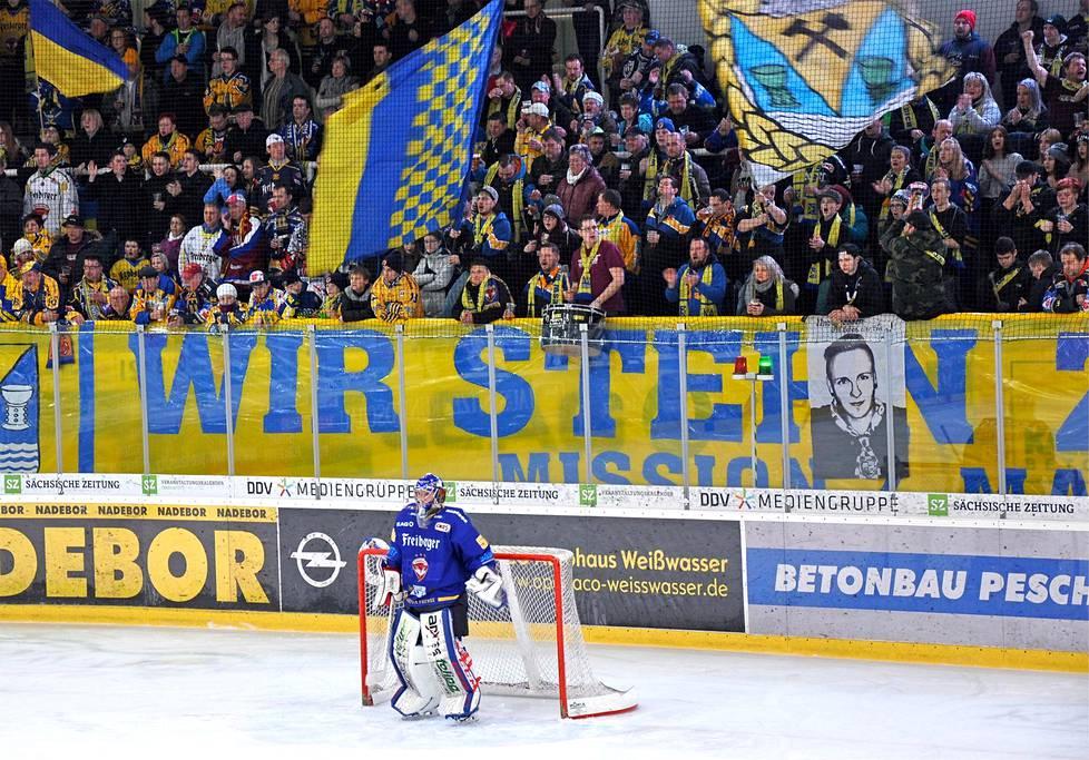 Hallissa ei enää pelaa Dynamo vaan »Lausitzin ketut», joita mahtuu seuraamaan 3050 katsojaa.