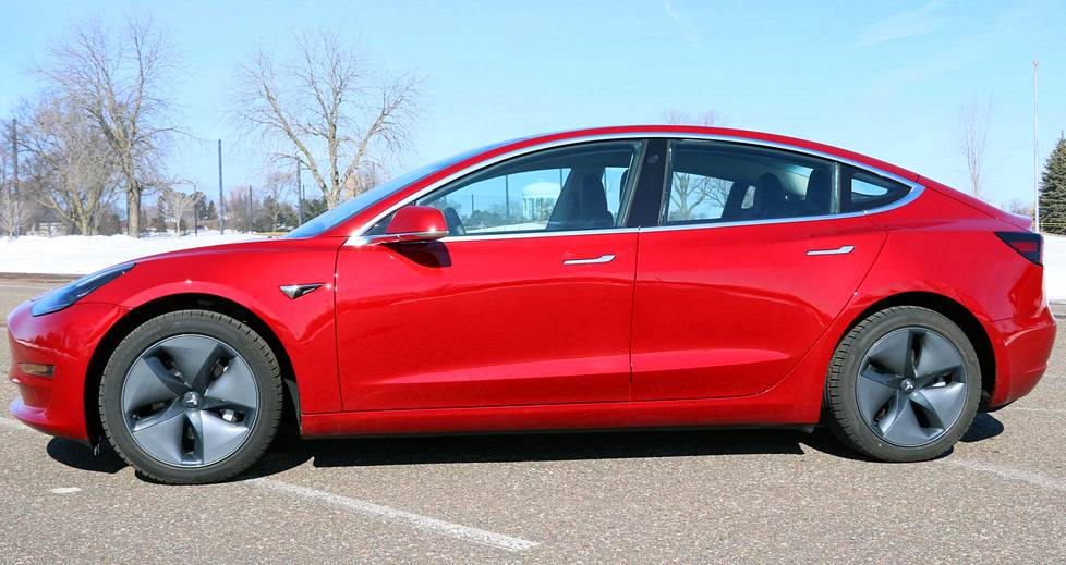 Tesla Model 3:lla on pituutta 4 694 millimetriä.