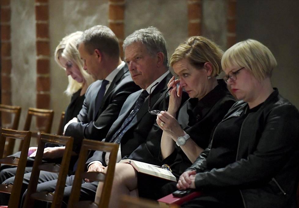 Presidentti Sauli Niinistön lisäksi rukoushetkeen osallistuivat perhe- ja peruspalveluministeri Annika Saarikko (edessä oikealla), sisäministeri Paula Risikko sekä valtiovarainministeri Petteri Orpo vaimonsa Niina Kanniainen-Orpon (vas.) kanssa.