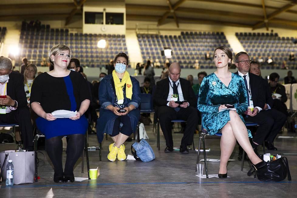 Keskustan puoluekokous 5. syyskuuta Oulussa. Annika Saarikko ja Katri Kulmuni istuvat eturivissä.