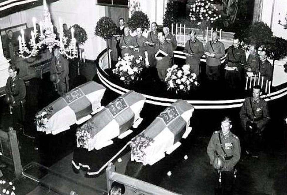 """Sotilaskotisisarten hautajaiset Helsingin Vanhassa kirkossa saivat """"yleisen surujuhlan mittasuhteet ja ilmenemismuodot"""", kirjoittivat lehdet."""
