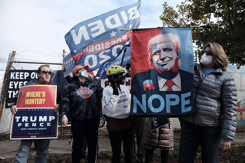Republikaanien kannattajat tulivat osoittamaan mieltään demokraattiehdokkaiden kampanjatilaisuuteen Atlantassa viime viikolla.