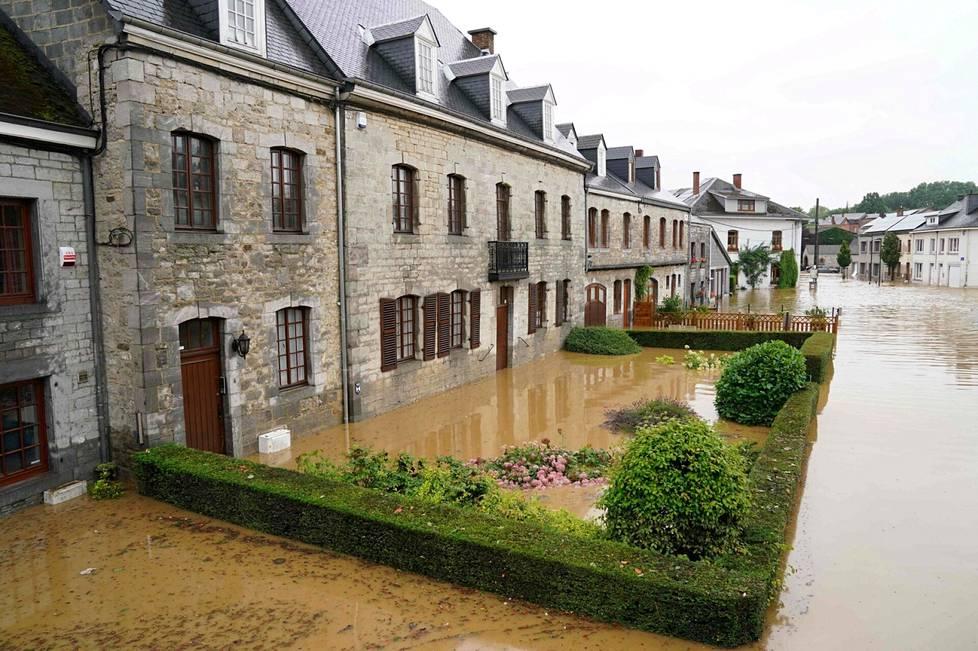 Rochefortin pormestarin mukaan vesi on peittänyt kauttaaltaan useita kaupungin teitä.