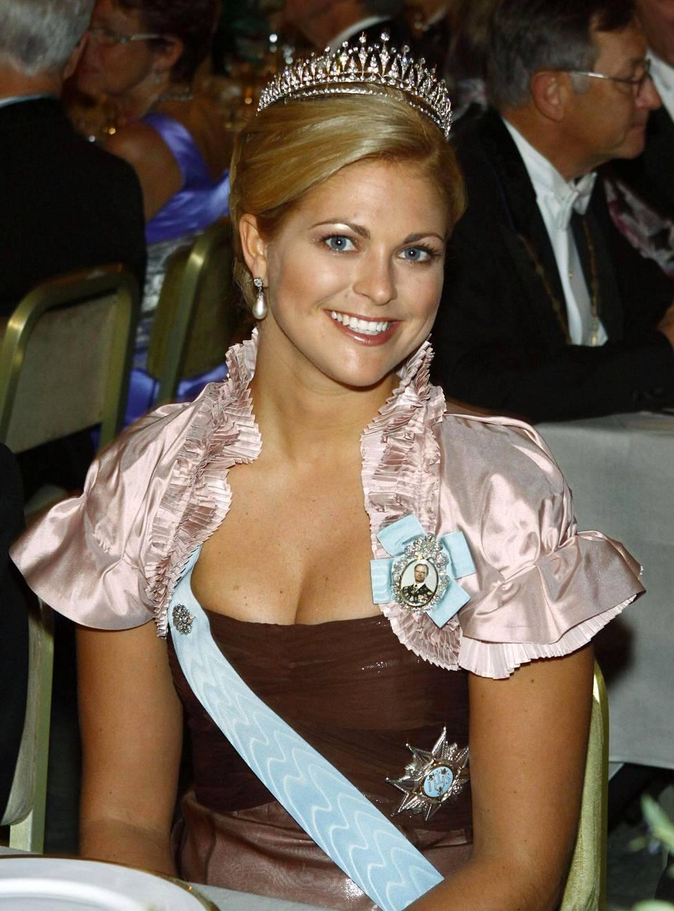 Vuonna 2008 Madeleinen yllä nähtiin iltapuvun lisäksi hartiat peittävä bolero.