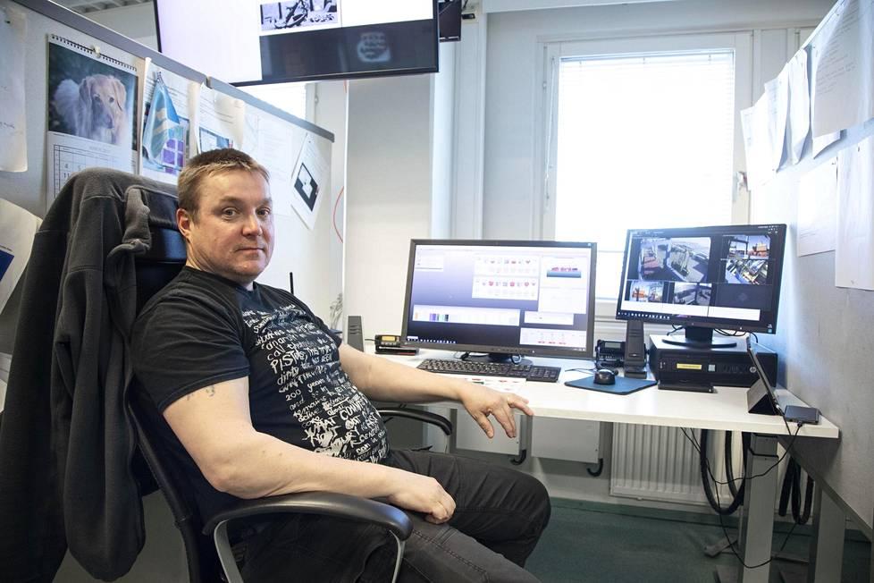 Plaanari eli konttilastauksen suunnittelija Petri Rantala Stevecolta sopi Wybelsumin perämiehen kanssa asiat niin, että kontti pääsi paraatipaikalle.
