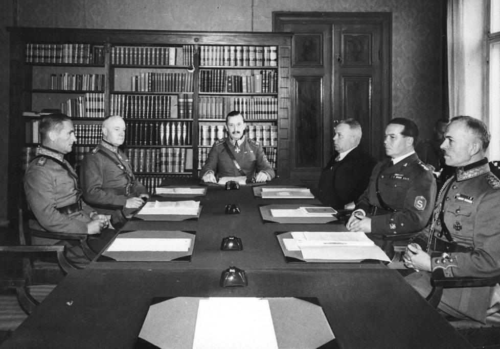 Mannerheimin johtama puolustusneuvosto kokoontui Korkeavuorenkatu 21:ssä. Vasemmalta Hugo Österman, Rudolf Walden, Mannerheim, Juho Niukkanen, Lauri Malmberg ja K.L. Oesch.