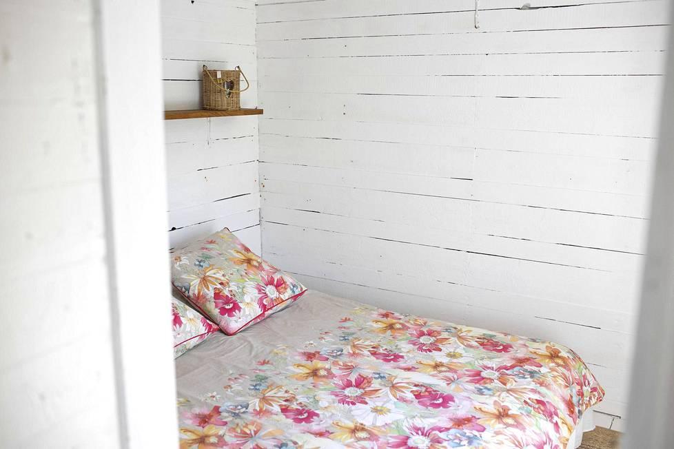Pienessä saunatuvassa on tilaa kahdelle nukkujalle.