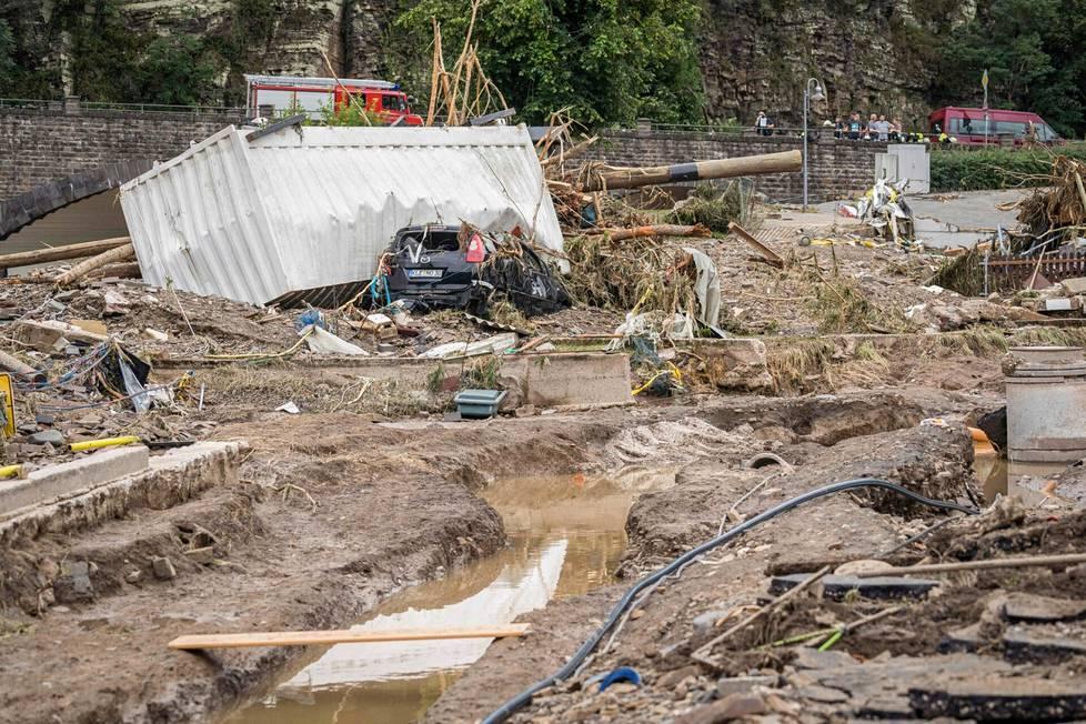 Tulvan tuhoama auto Schuldissa Saksassa.