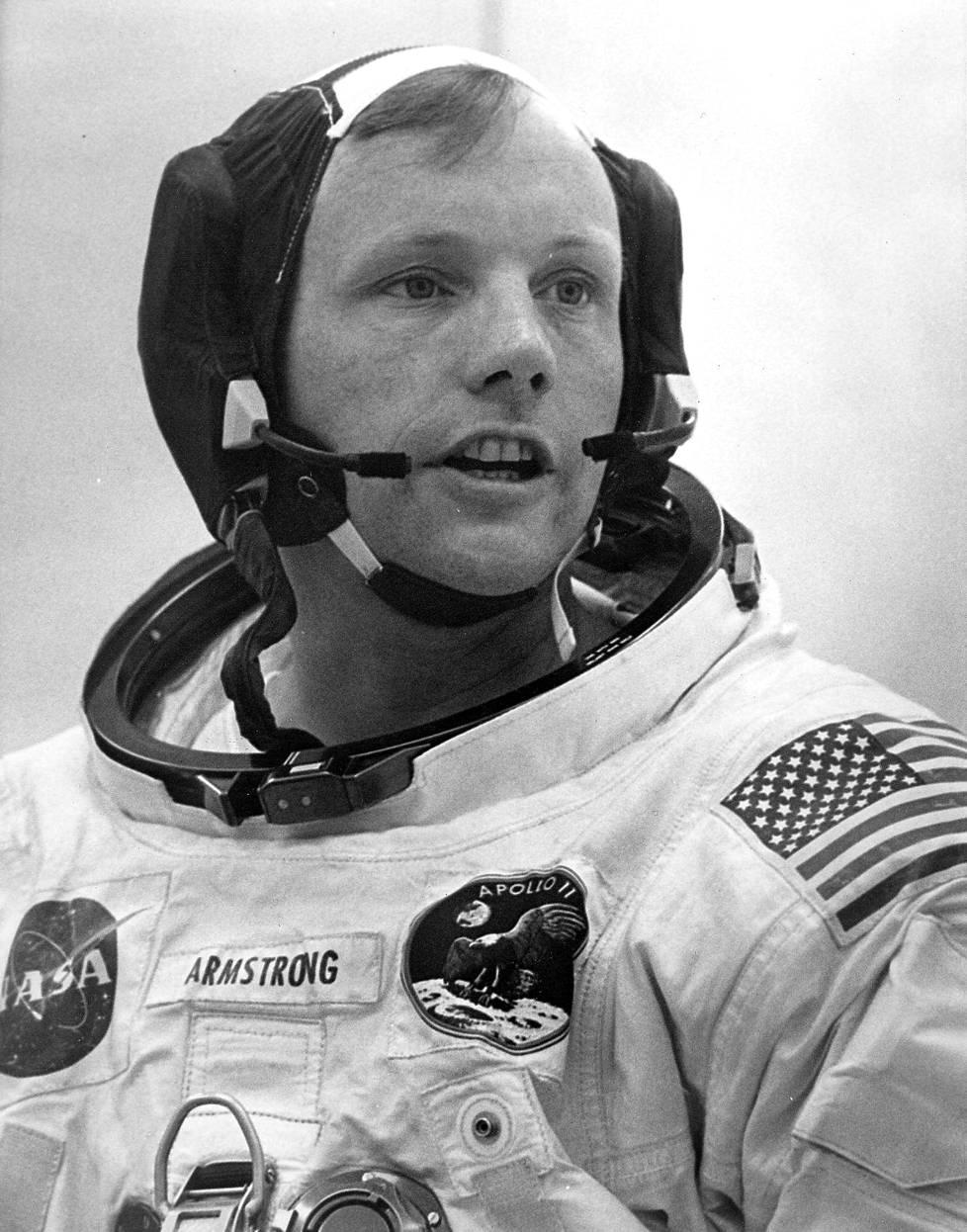 Armstrong avaruusasuun sonnustautuneena 15. heinäkuuta 1969.