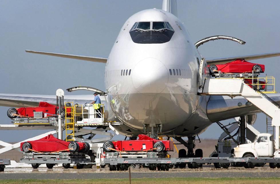 Ferrarin F1-autoja puretaan Boeing 747:n uumenista.