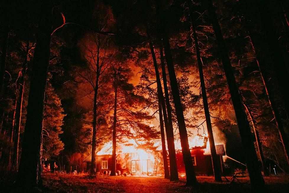Milla kuvasi, kun hänen ja miehensä unelmien talo paloi savuna ilmaan Loviisassa 7. marraskuuta. Tulipalo sai todennäköisesti alkunsa sähköviasta, mutta varmuudella sitä ei pystytty poliisitutkimuksissa toteamaan.