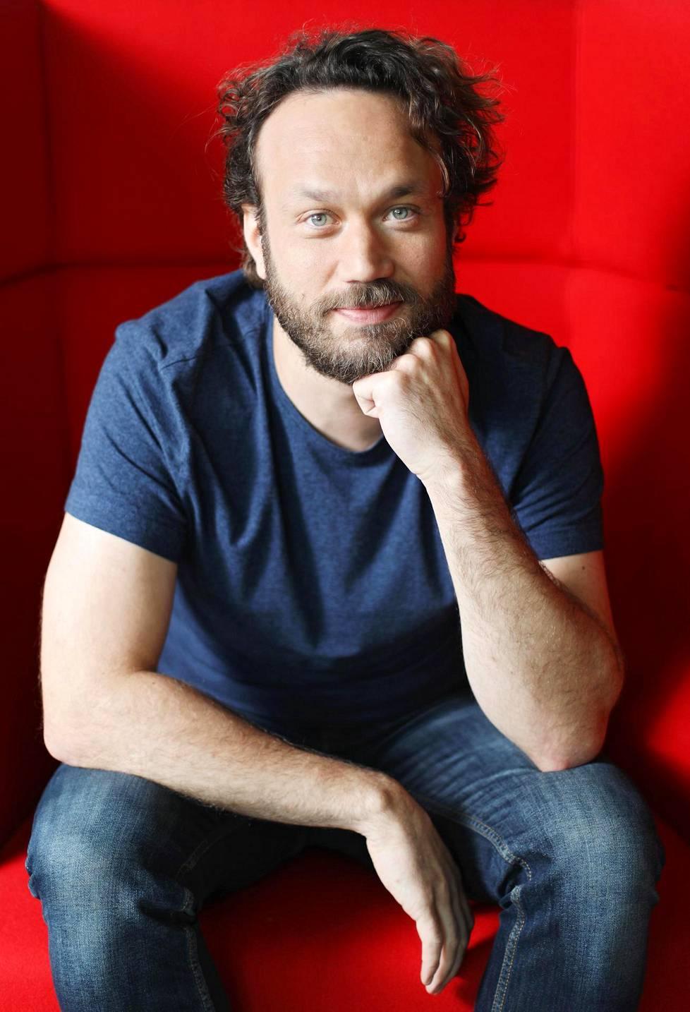 –Vapaan näyttelijän elämä on kuin vuoristorata, se ei ole taloudellisestikaan helppo homma. Toisaalta tämä on elämää, jota haluan elää, Elmer Bäck sanoo ISTV:n Tainola Show´ssa.