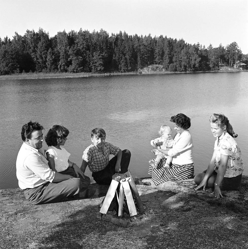 Virran perhe vietti kesää Sipoon saaristossa 1953: Olavi (vas.), Harriet, Pauli, Irene sylissään Sheila ja Ilse.