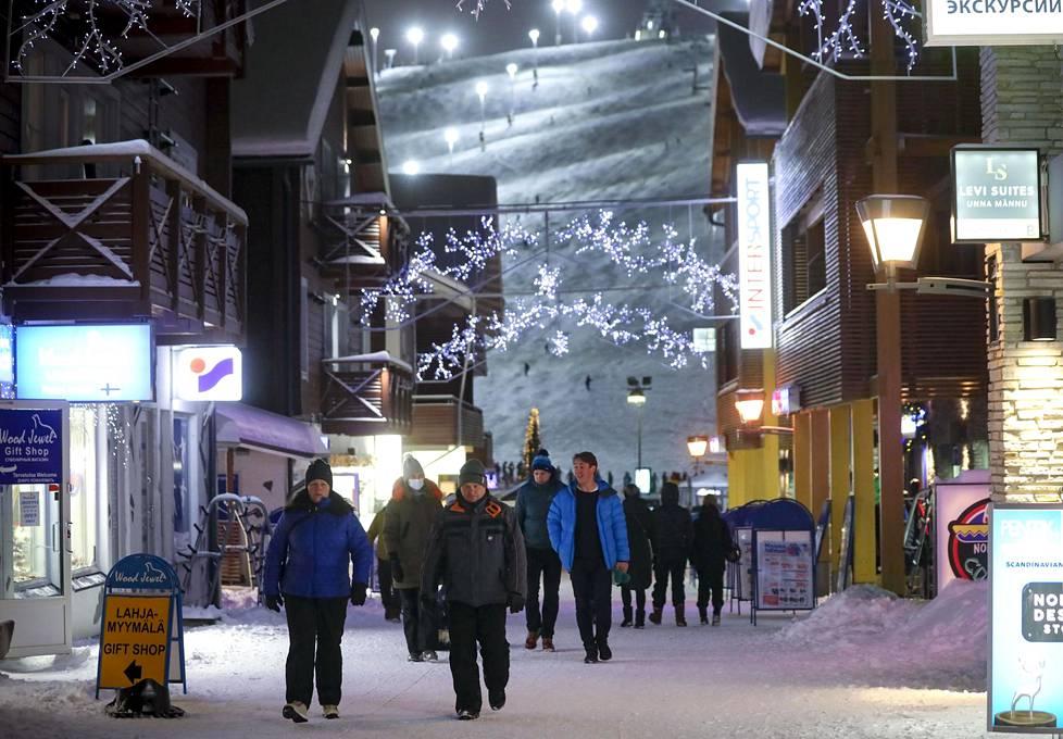 Levi on houkutellut runsain määrin suomalaisia turisteja nauttimaan lumisista välipäivistä.