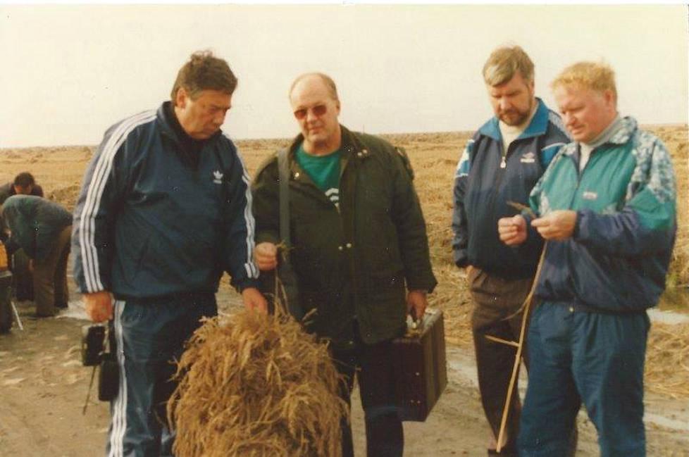 Avustusmatkalla vuonna 1998 Pohjois-Korean tulevaa viljasatoa arvioivat kansanedustajat Pauli Saapunki, Toimi Kankaanniemi ja Pekka Leppänen Lauri Jakkilan kanssa (salkku kädessä).