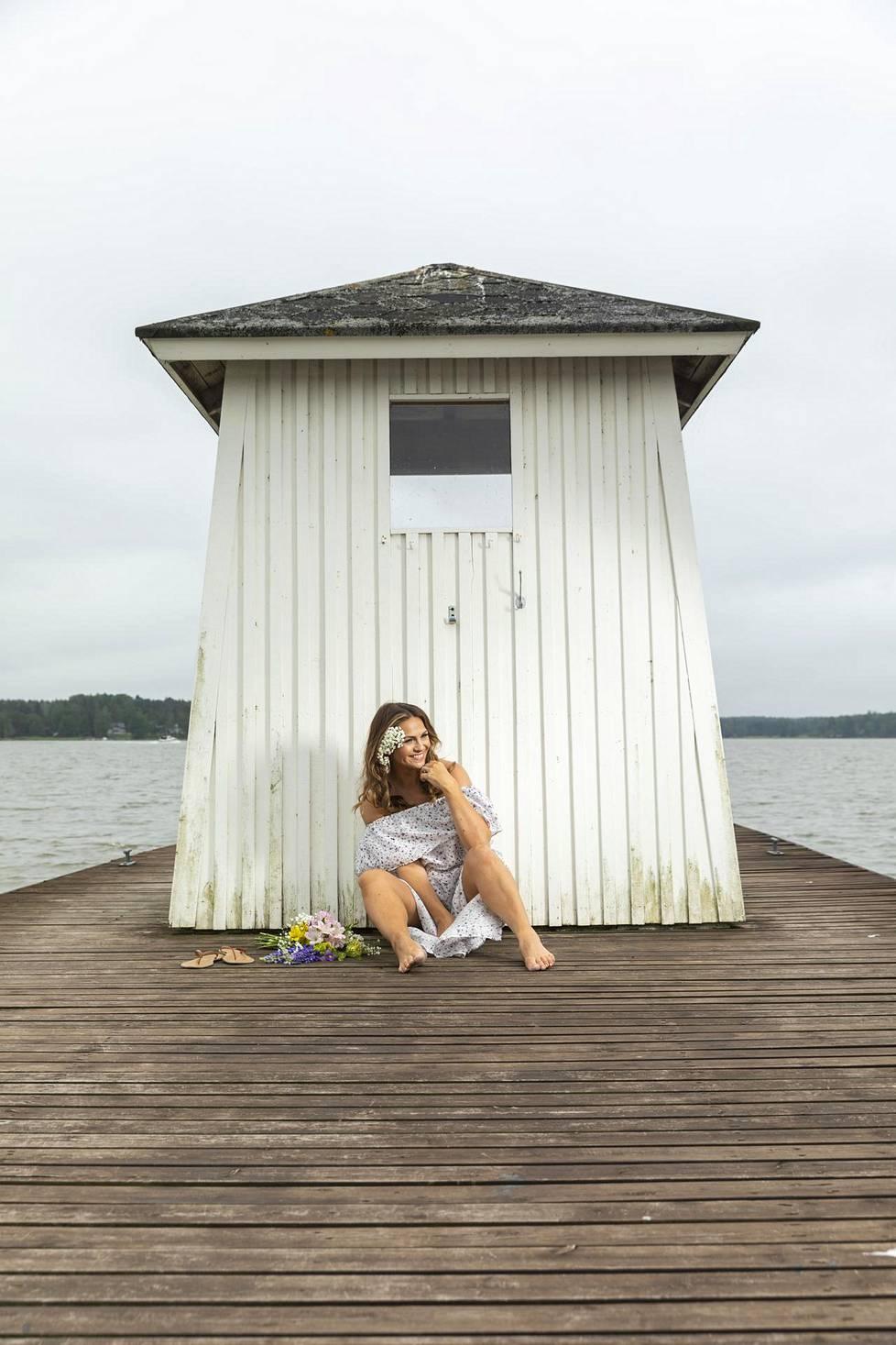 Janina viettää juhannustaan Porvoon saariston jylhissä maisemissa.