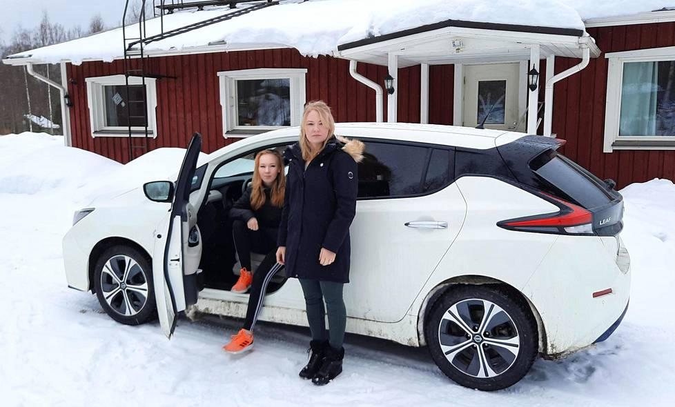 Minna Huikko (oik.) on ajanut viime kesänä ajoon tulleella uudella Leafilla jo yli 16000 kilometriä. Niina-tytär on vasta aloittelemassa omatoimista sähköautoilua.