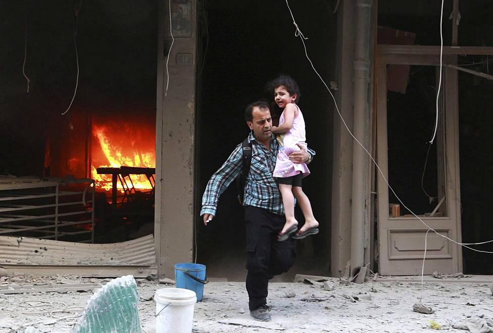 Syyrian armeija ja Venäjä pommittavat Aleppon itäosassa olevia kapinallisia ja siviileitä. Motissa on lähes 300 000 siviiliä.